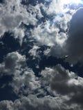 Rollende weiße Wolken Stockfoto