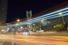 Rollender Verkehr beleuchtet an Minatomirai-Stadtzentrum in Yokohama Japan Lizenzfreie Stockfotografie