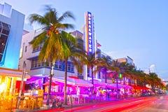 Rollender Verkehr, belichtete Hotels und Restaurants bei Sonnenuntergang auf Ozean fahren lizenzfreie stockfotos