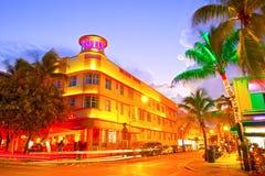 Rollender Verkehr, belichtete Hotels und Restaurants bei Sonnenuntergang auf Ozean fahren Stockbilder