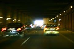 Rollender Verkehr der Autos mit brurred Scheinwerfern Lizenzfreies Stockfoto