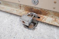 Rollengaragentor ist- geschlossen und verschlossen stockbild