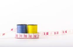 Rollennähgarnfarben umfassen Gelbes, Blau und Linie measurem lizenzfreies stockbild