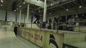 Rollenschlittschuhläuferfahrt auf Zaun , drehen Sie Sprung um Extreme Liebhaberei Wettbewerb im skatepark Viele Leute stock footage