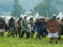 Rollenspiel - die Wiederinkraftsetzung des Kampfes der alten Slawen auf dem Festival von historischen Vereinen in der Kaluga-Regi Stockbilder