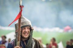 Rollenspiel - die Wiederinkraftsetzung des Kampfes der alten Slawen im fünften Festival von historischen Vereinen in Zhukovsky-Be Lizenzfreie Stockfotografie