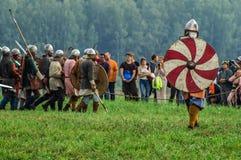 Rollenspiel - die Wiederinkraftsetzung des Kampfes der alten Slawen im fünften Festival von historischen Vereinen in Zhukovsky-Be Stockbild