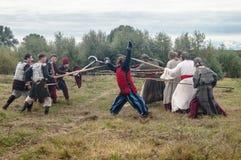Rollenspiel erstellt Kämpfe des Mongole-tatarischen Jochs in der Kaluga-Region von Russland am 10. September 2016 neu Lizenzfreies Stockfoto