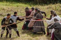 Rollenspiel erstellt Kämpfe des Mongole-tatarischen Jochs in der Kaluga-Region von Russland am 10. September 2016 neu Lizenzfreie Stockfotos