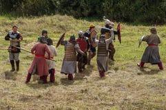 Rollenspiel erstellt Kämpfe des Mongole-tatarischen Jochs in der Kaluga-Region von Russland am 10. September 2016 neu Lizenzfreie Stockbilder