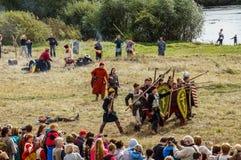 Rollenspiel erstellt Kämpfe des Mongole-tatarischen Jochs in der Kaluga-Region von Russland am 10. September 2016 neu Stockfotos