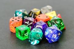Rollenspiel würfelt das Lügen auf schwarzem Hintergrund Lizenzfreies Stockfoto