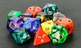 Rollenspiel würfelt das Lügen auf schwarzem Hintergrund Lizenzfreies Stockbild