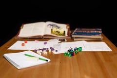 Rollenspielspieleinrichtung auf der Tabelle lokalisiert auf schwarzem Hintergrund Lizenzfreie Stockbilder
