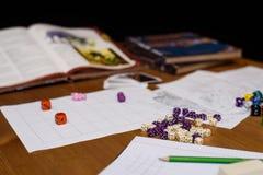 Rollenspielspieleinrichtung auf der Tabelle lokalisiert auf schwarzem Hintergrund Lizenzfreie Stockfotografie