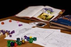 Rollenspielspieleinrichtung auf der Tabelle lokalisiert auf schwarzem Hintergrund Stockfotografie