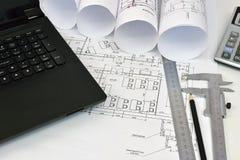 Rollenzeichnungen und Werkzeuge des Architekten stockbilder