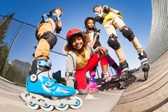 Roller africain de fille avec des amis dehors Photo libre de droits