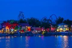 Roller coaster colorido de Ray do dockside e de Manta no fundo azul da noite em Seaworld na ?rea internacional 1 da movimenta? imagem de stock