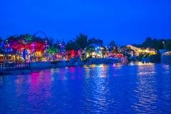 Roller coaster colorido de Ray do dockside e de Manta no fundo azul da noite em Seaworld na ?rea internacional 2 da movimenta? fotografia de stock royalty free