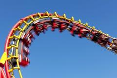 Roller coaster contra el cielo azul fotos de archivo libres de regalías