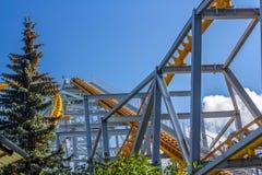 Roller coaster contra o céu azul Foto de Stock