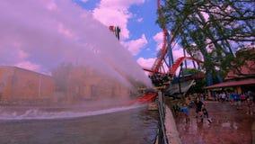 Roller coaster de Sheikra que salpica en fondo nublado del cielo azul claro en los jardines de Busch 2 almacen de video