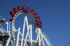 Roller coaster de suspensão invertido Fotografia de Stock Royalty Free
