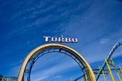 Roller coaster do parque de diversões no cais de Brigghton com gaivota Imagem de Stock
