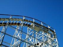 Roller coaster e céu imagem de stock