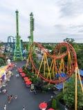 Roller coaster en el parque temático de Nueva Inglaterra de seis indicadores fotos de archivo