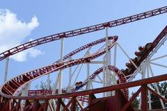 Roller coaster en un parque de atracciones Imagen de archivo libre de regalías