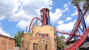 Roller coaster increíble de Sheikra en fondo nublado azul claro en los jardines de Busch almacen de video