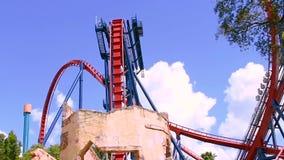 Roller coaster incre?ble de Sheikra en fondo nublado azul claro en los jardines de Busch 2 metrajes