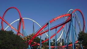 Roller coaster múltiples en el parque de atracciones almacen de metraje de vídeo