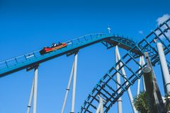 Roller coaster sobre el cielo azul tomado en el parque temático del mundo del mar Imagen de archivo