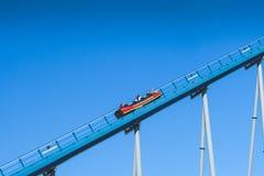 Roller coaster sobre el cielo azul tomado en el parque temático del mundo del mar Imagen de archivo libre de regalías