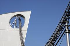 Roller coaster a través del edificio Fotografía de archivo