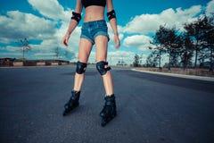 Roller de jeune femme le jour ensoleillé photo libre de droits
