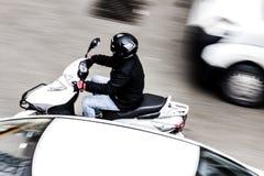 Roller im Verkehr stockbild