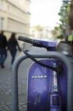 Roller ist glänzend reflektierend und Straßenlaterne nahe bei gemütlichen Shops lizenzfreie stockfotos