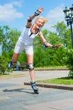 Roller-skating della ragazza nella sosta Fotografia Stock