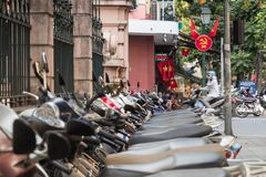 Roller und kommunistisches Propagandasymbol in Hanoi, Vietnam lizenzfreies stockfoto