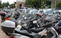 Roller und Motorräder parkten im StraßenParkplatz Stockfotos