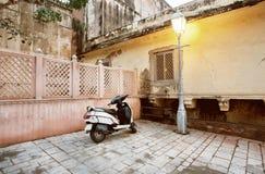 Roller- und Straßenlaternenpfahl in der alten Stadt Lizenzfreie Stockbilder
