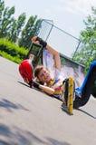 Rollerblader adolescente que tarda una caída Fotografía de archivo