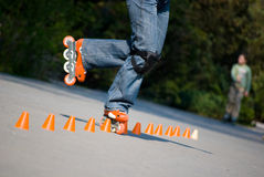 Rollerblader faisant des tours photographie stock