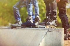 Rollerblader intégré agressif se tenant sur la rampe dans le skatepark Photographie stock libre de droits