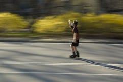 Rollerblader prenant une boisson Image libre de droits