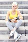 Rollerblader que descansa em escadas concretas Imagens de Stock Royalty Free